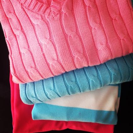 Pinkkiä ja turkoosia paidoissa.