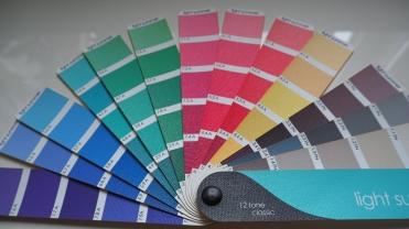 Vaalean kesän väriviuhka. Sävyjä on enemmänkin, mutta kaikkien värien pitää sävymaailmaltaan istua yhteen näiden kanssa.