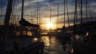 Auringonlasku Trogirin satamassa.