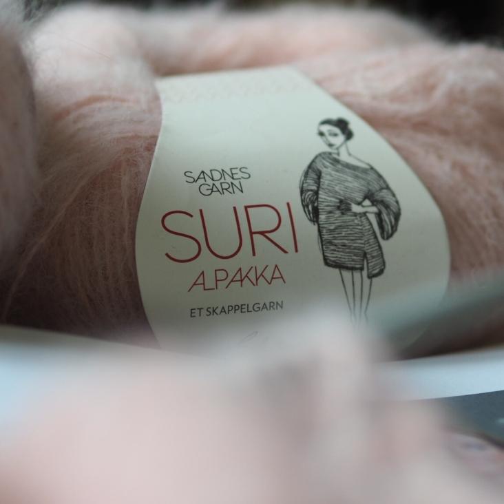 Sandnes Garnin Suri-lanka on alpakkaa ja koska vyötteesskäkin mainitaan Skappel, niin nyt ehkä lankavalinta osuu kohdalleen?
