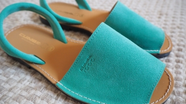 Perinteiset menorcalaiset sandaalit. Tällaiset maksavat Suomessa noin satasen, itse ostin 20 eurolla Antony'silstä, niitä tosin saa Mallorcalta melkein mistä vaan.